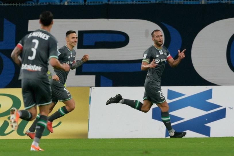 Zawodnicy Lechii Gdańsk cieszą się z bramki strzelonej przez Flavio Paixao /Jakub Kaczmarczyk /PAP