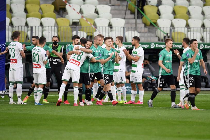Zawodnicy Lechii Gdańsk przywitali graczy Legii Warszawa szpalerem /Marcin Gadomski /PAP