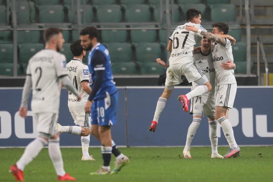 Zawodnicy Legii Warszawa cieszą się z bramki w meczu 9. kolejki Ekstraklasy z Lechem Poznań / Leszek Szymański    /PAP