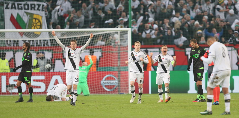 Zawodnicy Legii Warszawa cieszą się z wygranej 1-0 ze Sportingiem Lizbona w meczu ostatniej kolejki gr. F /Leszek Szymańsk /PAP
