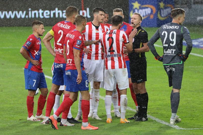 Zawodnicy obu zespołów kłócą się o uznanie bramki podczas meczu pomiędzy Cracovią a Rakowem / ArtService /PAP