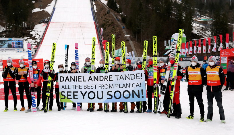 Zawodnicy okazują wsparcie dla Daniela-Andre Tandego /Grzegorz Momot /PAP