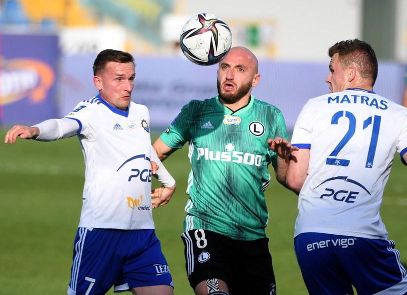 Zawodnicy PGE FKS Stali Mielec Maciej Domański (L) i Mateusz Matras (P) oraz Walerian Gwilia (C) z Legii Warszawa