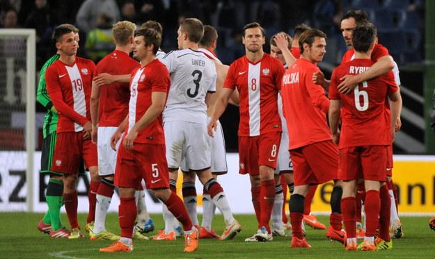 Zawodnicy piłkarskiej reprezentacji Polski po zakończeniu towarzyskiego meczu z Niemcami na stadionie Imtech Arena w Hamburgu /Bartłomiej Zborowski /PAP