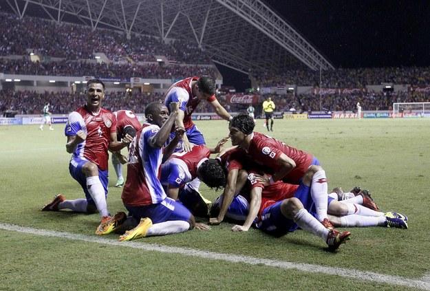Zawodnicy reprezentacji Kostaryki cieszą się ze zdobycia gola w meczu z Meksykiem w kwalifikacjach do mundialu 2014 /CARLA ZURITA /PAP/EPA
