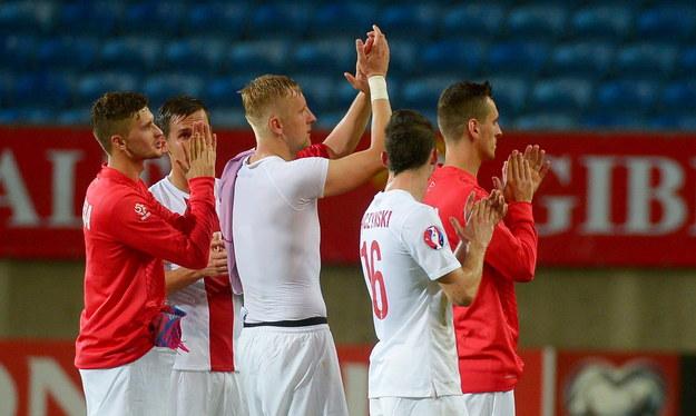 Zawodnicy reprezentacji Polski dziękują kibicom za doping po eliminacyjnym meczu piłkarskich mistrzostw Europy 2016 z Gibraltarem /Bartłomiej Zborowski /PAP