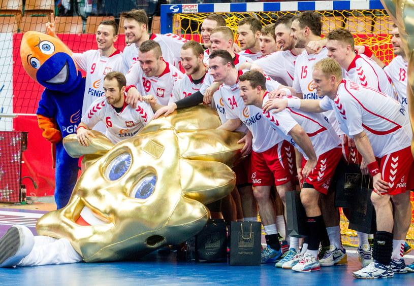 Zawodnicy reprezentacji z maskotką mistrzostw Europy 2016, które odbędą się w Polsce /Andrzej Grygiel /PAP