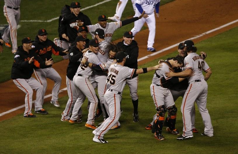 Zawodnicy San Francisco Giants szaleją po zwycięstwie /AFP