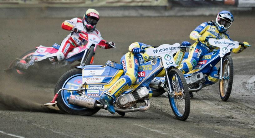 Zawodnicy Stali Gorzów Bartosz Zmarzlik (C) i Adrian Cyfer (kask niebieski) oraz Adrian Gała (kask żółty) z Betardu Sparty Wrocław /Lech Muszyński /PAP