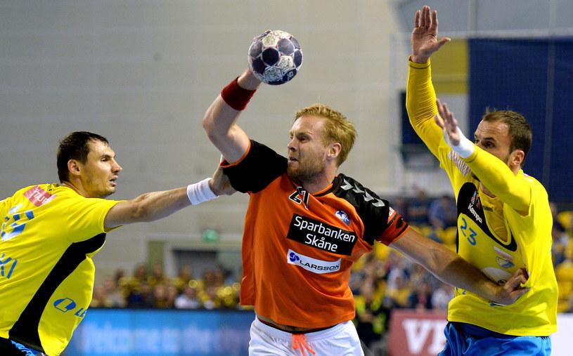 Zawodnicy Vive Tauronu Kielce Krzysztof Lijewski (L) i Urosz Zorman (P) oraz Steinn Gunnar Jonsson (C) z IFK Kristianstad /Piotr Polak /PAP
