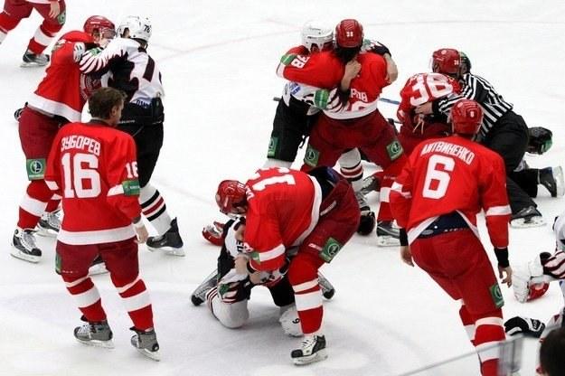 Zawodnicy Witjaza Czechow (czerwone stroje) wolą bić się na lodzie niż grać w hokej /AFP