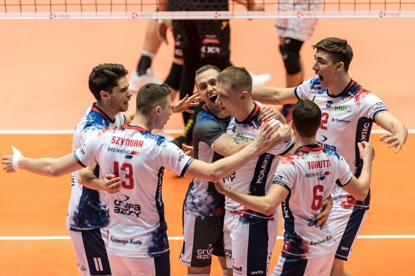 Zawodnicy ZAKS-y Kędzierzyn- Koźle cieszą się z punktyu podczas meczu z Aluronem Virtu Wartą Zawiercie /Maciej Kulczyński /PAP