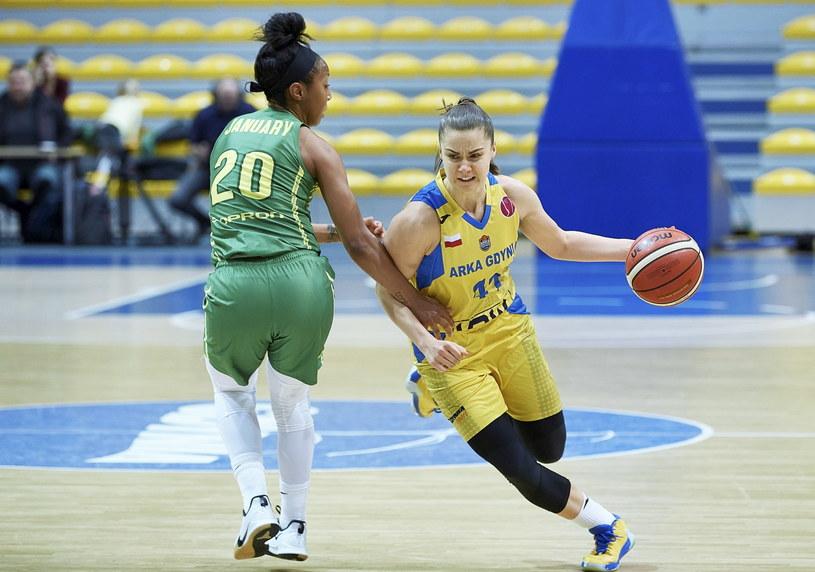 Zawodniczka Arki Gdynia Barbora Balintova (z piłką) i Briann Jolie January z Sopron Basket /Adam Warżawa /PAP