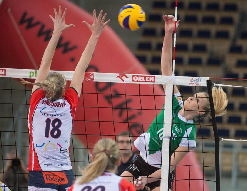 Zawodniczka Grotu Budowlanych Łódź Pavla Vincourova (L) i Natalia Mędrzyk (P) z Impelu Wrocław /Grzegorz Michałowski /PAP