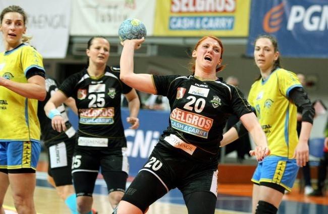 Zawodniczka MKS Selgros Lublin Joanna Drabik (2-P) rzuca na bramkę Vistalu Gdynia /Wojciech Pacewicz /PAP
