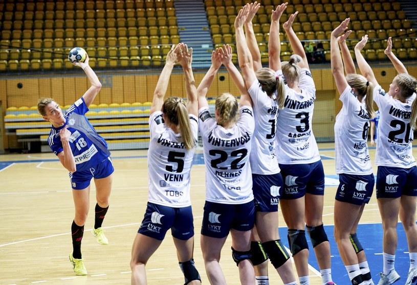Zawodniczka Vistalu Gdynia Aleksandra Zych (L) podczas meczu grupy C Pucharu EHF piłkarek ręcznych z Byasen Handball Elite / Adam Warżawa    /PAP