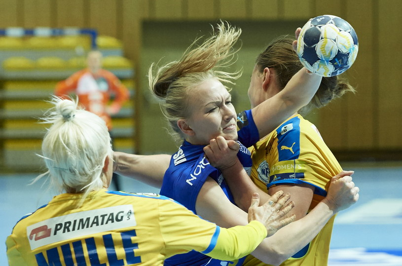 Zawodniczka Vistalu Gdynia Katarzyna Janiszewska (C) i Kristina Kristiansen (L) z NFH-Nykobing Falster Handboldklub /Adam Warżawa /PAP