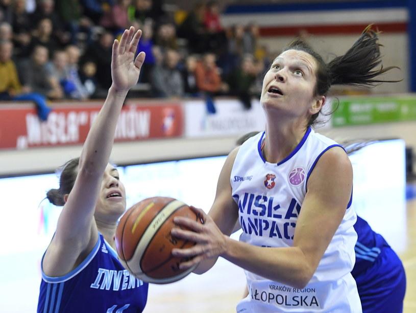 Zawodniczka Wisły CanPack Kraków Justyna Żurowska-Cegielska (P) oraz Walentina Rusnak (L) z BK Inwienta Kursk /Jacek Bednarczyk   /PAP