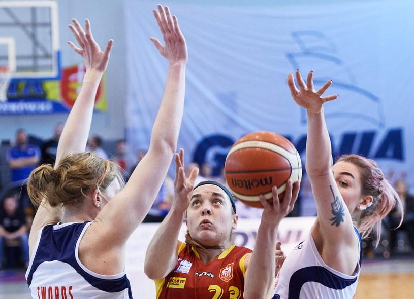 Zawodniczki Basketu 90 Gdynia Carolyn Swords (L) i Karolina Pruss (P) oraz Marissa Kastanek (C) z 1KS Ślęza Wrocław /Adam Warżawa /PAP