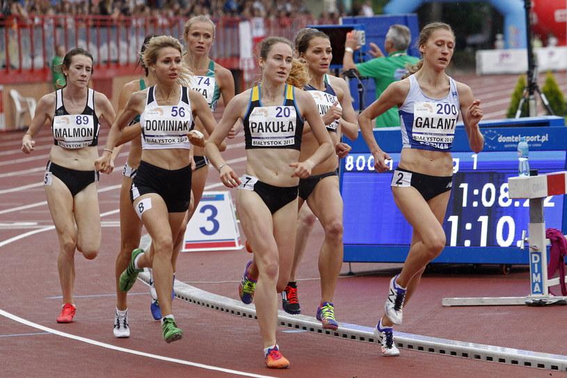 Zawodniczki w biegu na dystansie 800 m kobiet podczas mistrzostw Polski w lekkoatletyce w Białymstoku /Artur Reszko /PAP