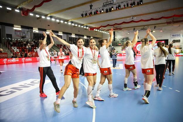 Zawodniczki Zagłębia Lubin cieszą się z wygranej w finale Pucharu Polski piłkarek ręcznych z MKS Perłą Lubin /Marek Zakrzewski /PAP