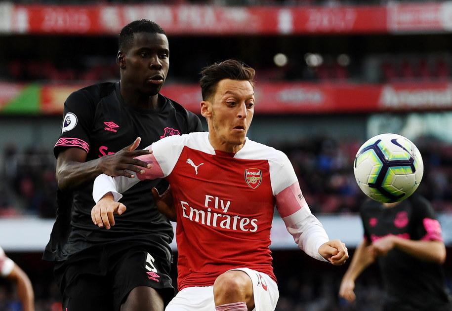 Zawodnik Arsenalu Mesut Oezil (po prawej) walczy o piłkę z Kurtem Zoumą z Evertonu /NEIL HALL /PAP/EPA
