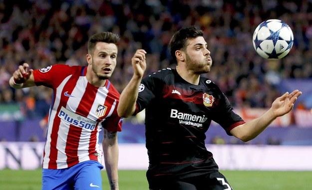 Zawodnik Atletico Saul Niguez (z lewej) walczy z napastnikiem Bayeru Kevinem Vollandem /JUANJO MARTIN /PAP/EPA