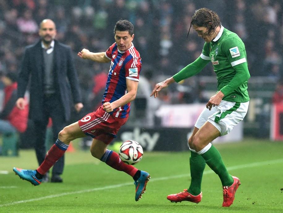 Zawodnik Bayernu Monachium Robert Lewandowski i Jannik Vestergaard z Werderu Brema /CARMEN JASPERSEN /PAP/EPA