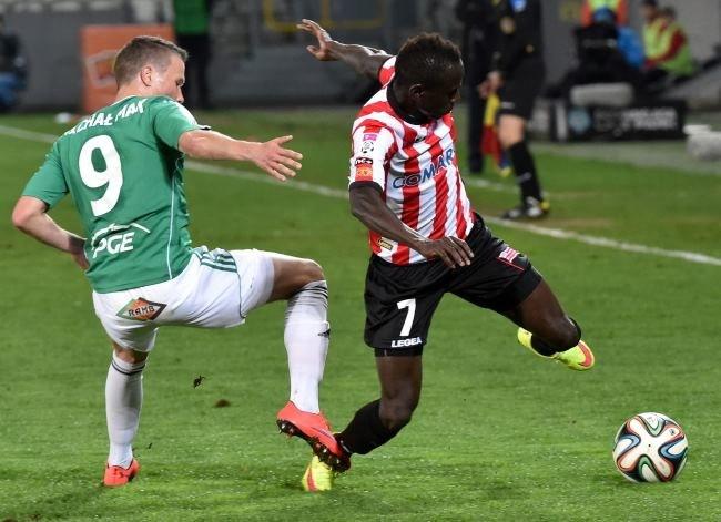 Zawodnik Cracovii Boubacar Diabang (P) walczy o piłkę z Michałem Makiem (L) z PGE GKS Bełchatów /Jacek Bednarczyk /PAP