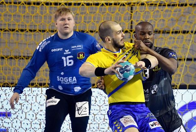 Zawodnik drużyny Łomża Vive Kielce Artiom Karalek (C) oraz bramkarz Emil Nielsen (L) i Rock Feliho (P) z zespołu HBC Nantes / Piotr Polak    /PAP