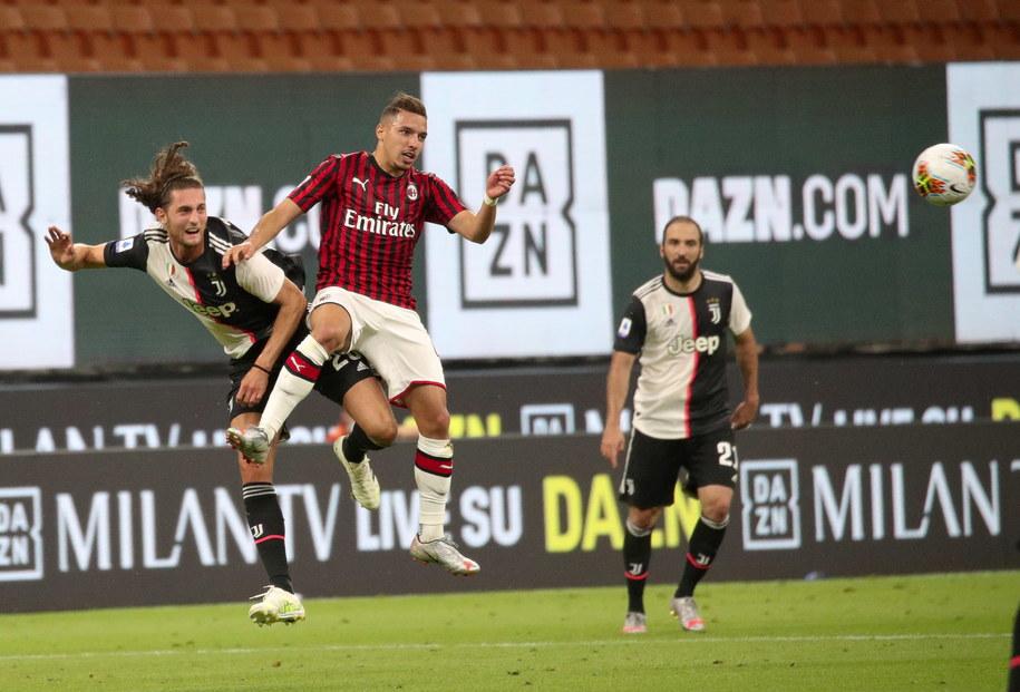 Zawodnik Juventusu Adrien Rabiot i Ismael Bennacer z Milanu w trakcie meczu Serie A na San Siro /ROBERTO BREGANI /PAP/EPA
