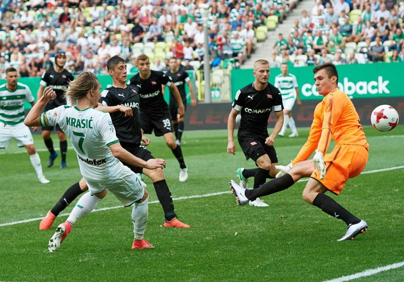 Zawodnik Lechii Gdańsk Milos Krasić (z lewej) i bramkarz Cracovii Adam Wilk (z prawej), podczas meczu II kolejki Lotto Ekstraklasy /Fot. Adam Warżawa /PAP