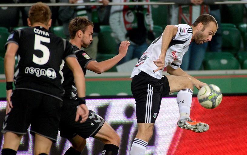 Zawodnik Legii Danijel Ljuboja (P) walczy o piłkę z Adamem Kokoszką (C) z Polonii /Bartłomiej Zborowski /PAP