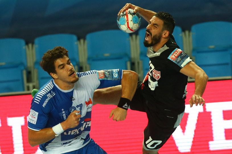 Zawodnik Orlenu Wisły Płock Jose De Toledo (z lewej) i Kamel Alouini z Dinamo Bukareszt podczas meczu Ligi Mistrzów piłkarzy ręcznych /Marcin Bednarski /PAP