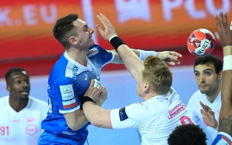 Zawodnik Orlenu Wisły Płock Krzysztof Komarzewski (L) i Henrik Jakobsen (P) z Fenix Toulouse Handball /Piotr Nowak /PAP