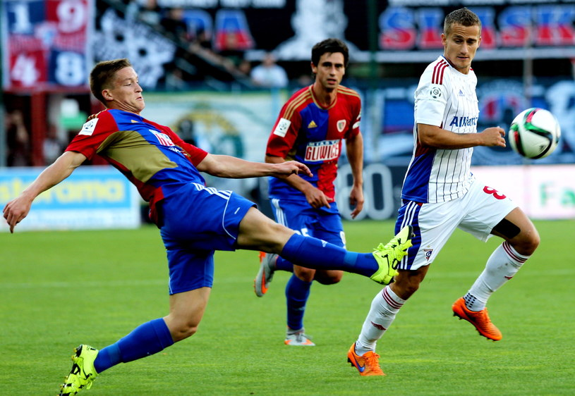 Zawodnik Piasta Gliwice Kornel Osyra (L) walczy o piłkę z Erikiem Grendelem (P) z Górnika Zabrze /Andrzej Grygiel /PAP