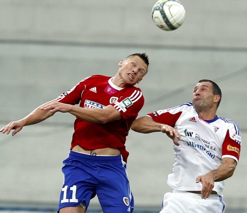 Zawodnik Piasta Gliwice Marcin Robak (L) walczy o piłkę z Radosławem Sobolewskim (P) z Górnika Zabrze /Andrzej Grygiel /PAP