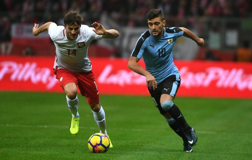 Zawodnik piłkarskiej reprezentacji Polski Bartosz Bereszyński (L) i Giorgian De Arrascaeta z Urugwaju /Bartłomiej Zborowski /PAP