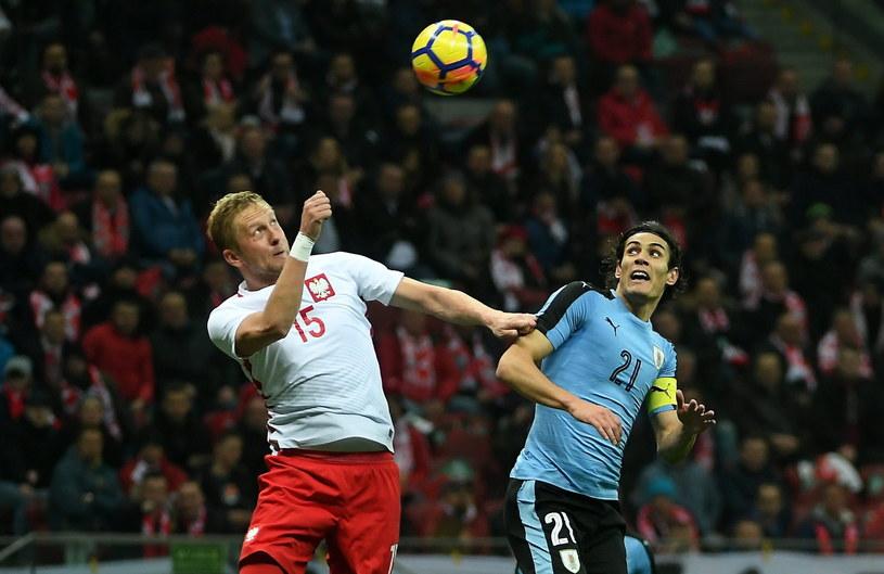 Zawodnik piłkarskiej reprezentacji Polski Kamil Glik (L) i Edinson Cavani z Urugwaju /Bartłomiej Zborowski /PAP