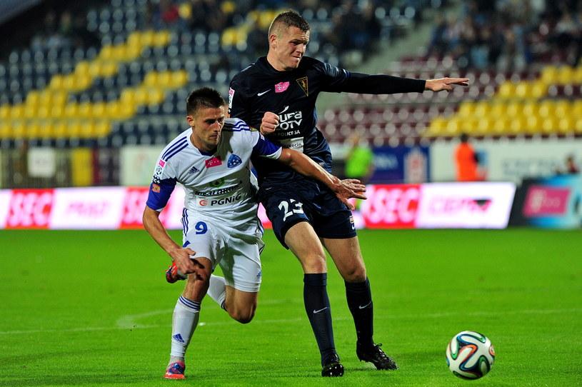 Zawodnik Pogoni Szczecin Mateusz Matras (z prawej) walczy o piłkę z Grzegorzem Kuświkiem /Marcin Bielecki /PAP