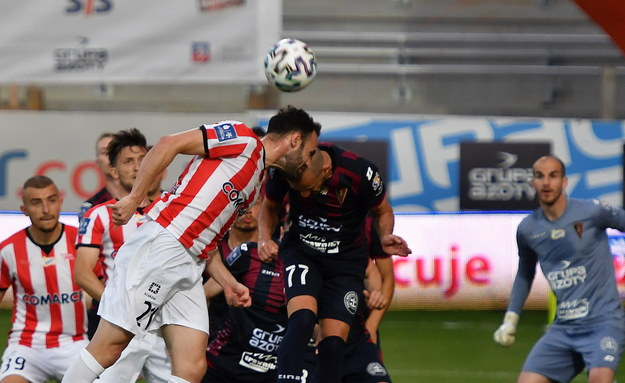 Zawodnik Pogoni Szczecin Ricardo Nunes (P) i Rafael Lopes (L) z Cracovii podczas meczu 28. kolejki piłkarskiej Ekstraklasy /Marcin Bielecki   /PAP