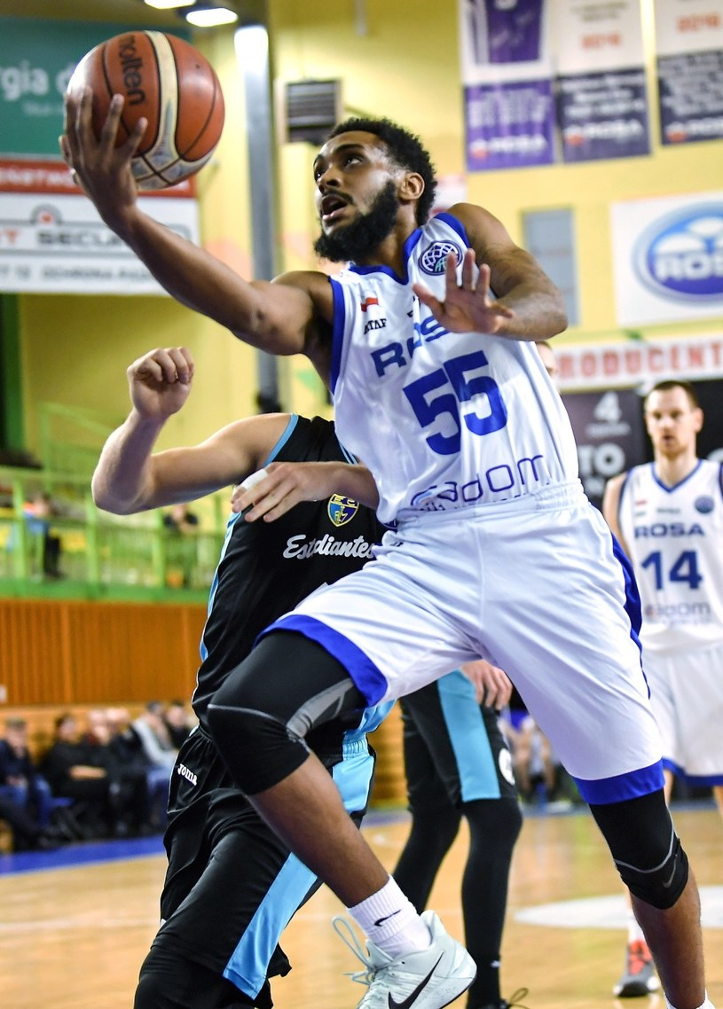 Zawodnik Rosy Radom Ryan Harrow (P) podczas meczu Ligi Mistrzów FIBA z Movistar Estudiantes Madryt /Bartłomiej Zborowski /PAP