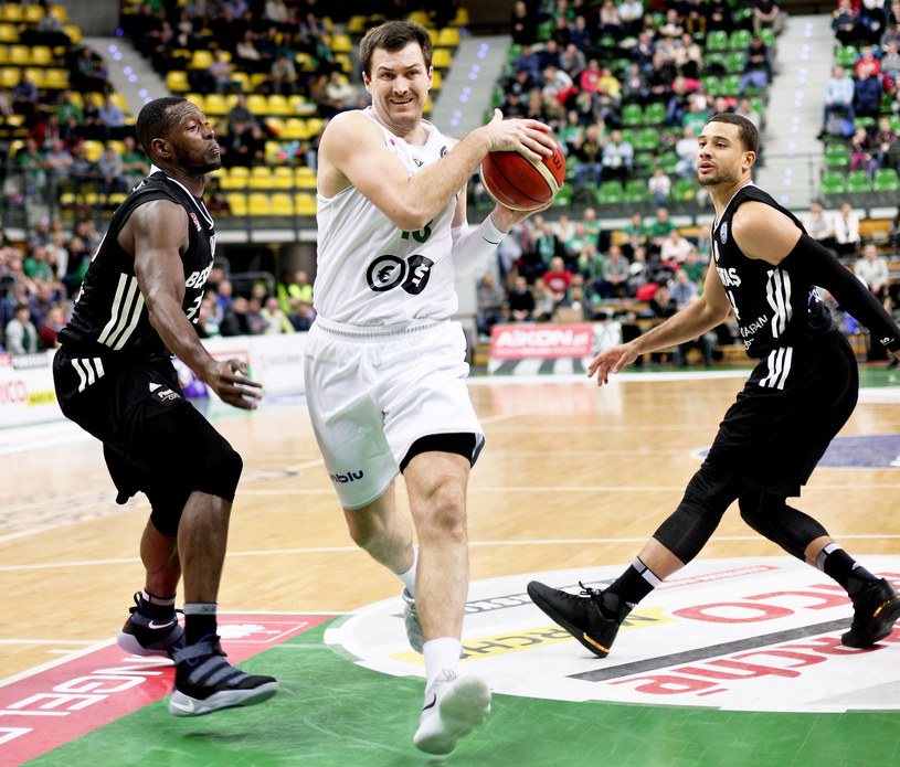 Zawodnik Stelmetu BC Zielona Góra Vladimir Dragicević (C) oraz Juan Palacios (L) i Kyle Weems (P) z Besiktasu Stambuł podczas meczu Ligi Mistrzów FIBA / Lech Muszyński    /PAP