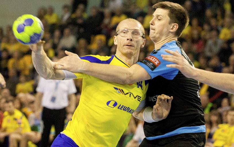 Zawodnik Vive Targi Kielce Karol Bielecki (L) blokowany przez Artema Wiszniewskiego (P) z St.Petersburg HC /Michał Walczak /PAP