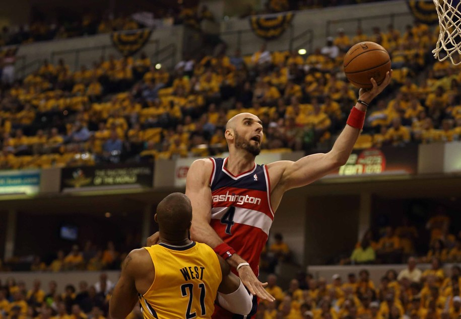 Zawodnik Washington Wizards Marcin Gortat i próbujący go powstrzymać koszykarz Indiana Pacers David West /STEVE C. MITCHELL /PAP/EPA