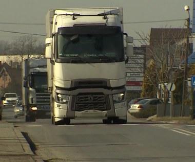 Zawodowi kierowcy nagle stracili prawa jazdy i zostali oskarżeni o wręczanie łapówek