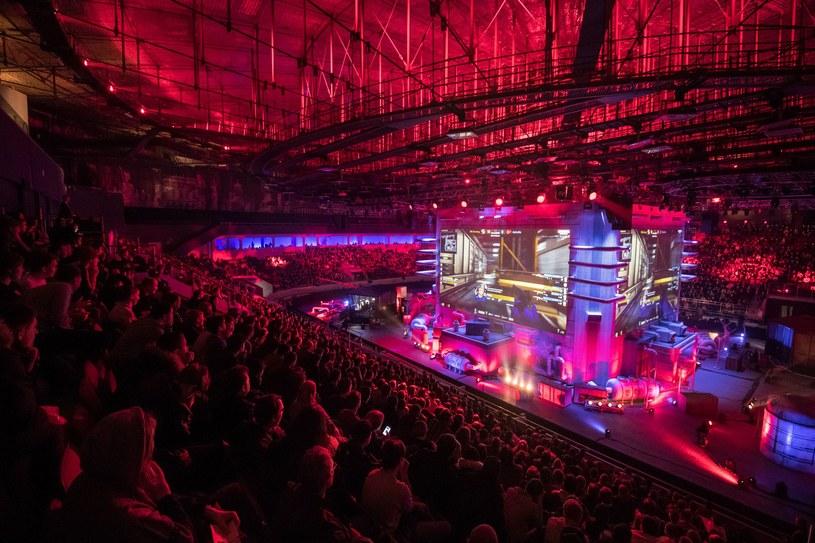Zawody esportowe przycięgają do aren i przez ekrany dziesiątki milionów widzów /123RF/PICSEL