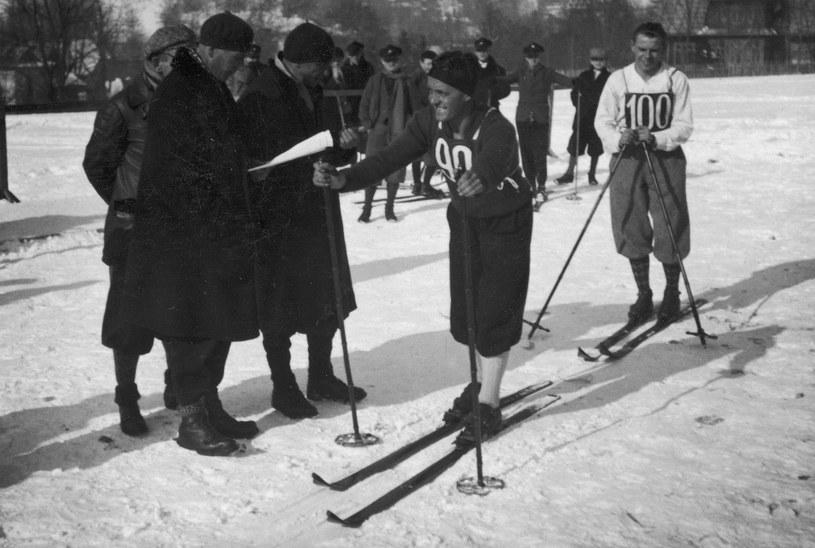 Zawody FIS 1929. Bronisław Czech na starcie biegu na 50 km /Z archiwum Narodowego Archiwum Cyfrowego