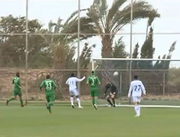 Zawrócona przez silny wiatr piłka zaskoczyła golkipera Maccabi Hajfa /YouTube