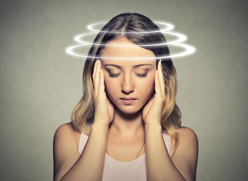Zawroty głowy mają różne przyczyny /123RF/PICSEL